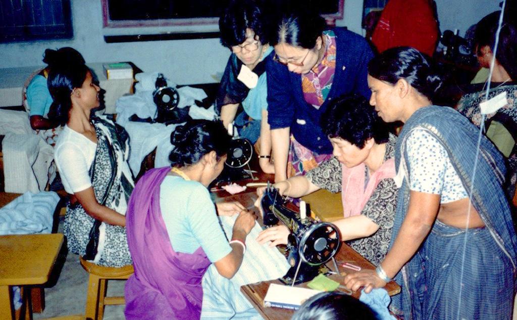 バングラデシュ女性に縫製指導